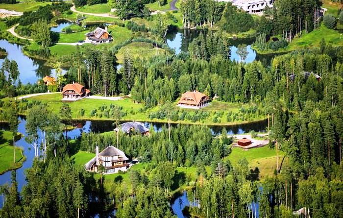 Латвийский миллионер выкупил 3 тыс. га леса и выстроил «Город Солнца». Это нечто!
