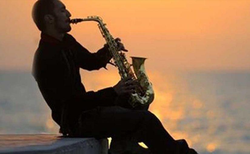 В одинокой ночи саксофон. Чудесная мелодия!