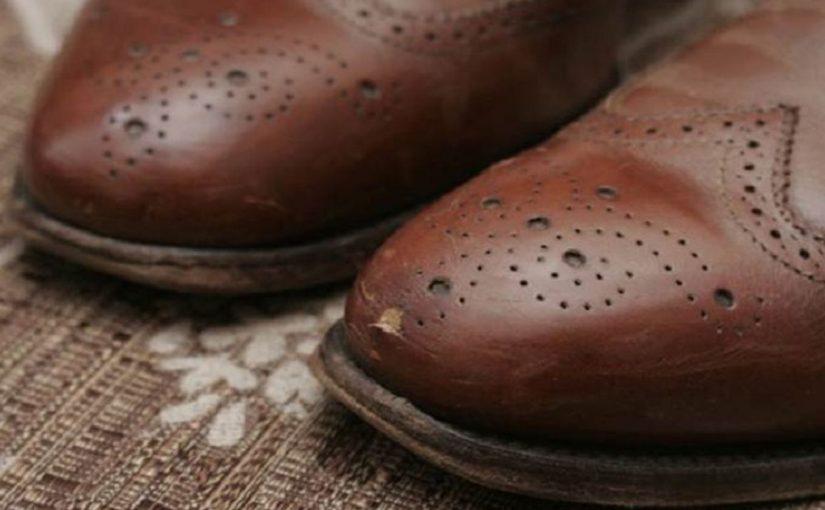 Как убрать царапины на кожаной обуви